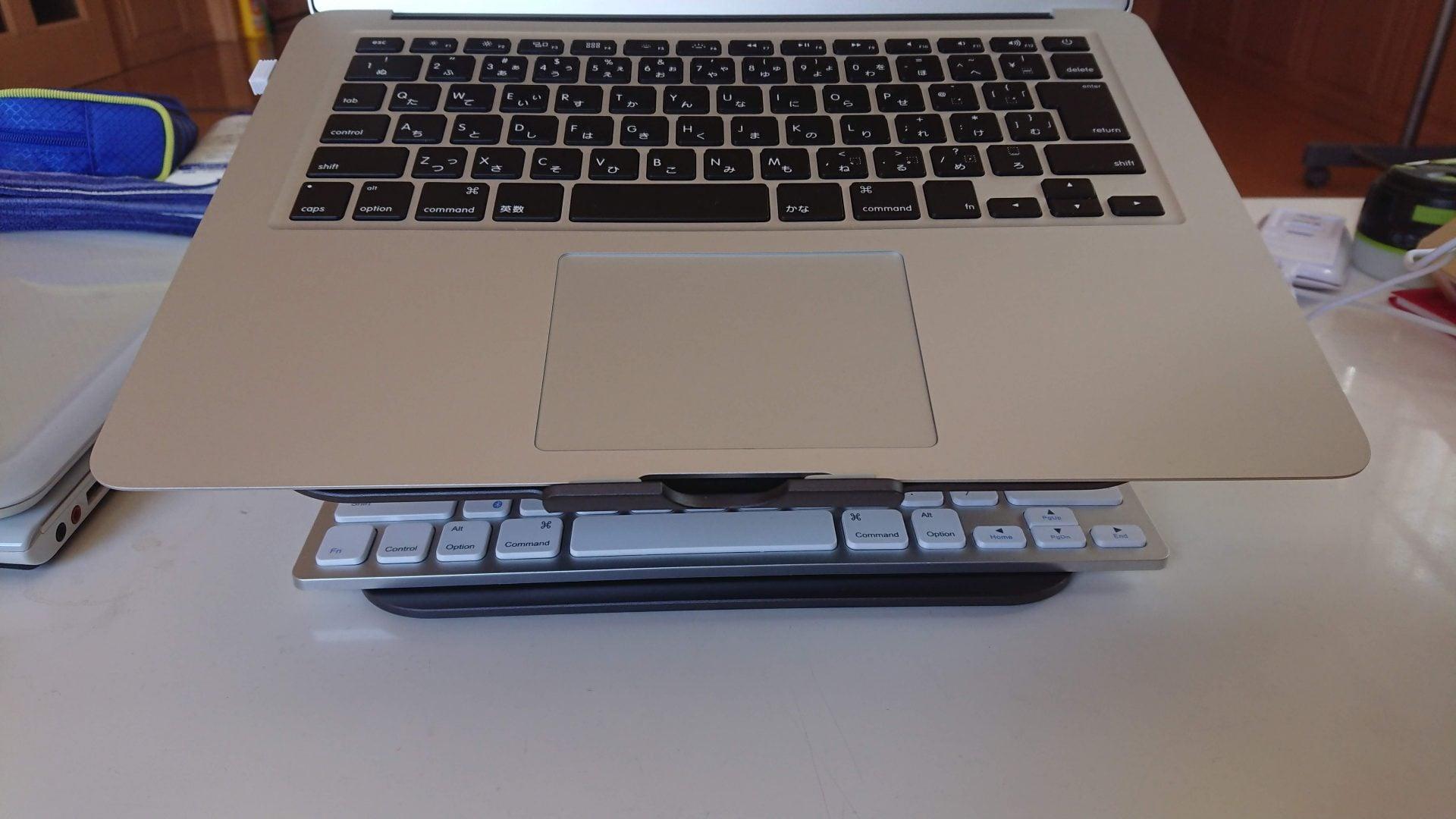 上部MACBOOK本体。下部にキーボードを置いて比較してみた